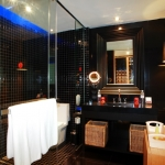redeluxe-jacuzzi-bathroom