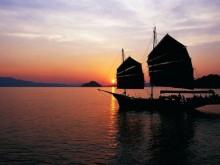Večeře při západu slunce na lodi June Bahtra